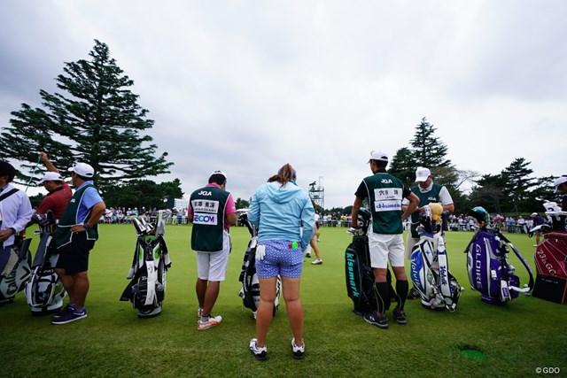 2017年 日本女子オープンゴルフ選手権競技 3日目 練習グリーン まるで並べたようにキャディバックがずらり。