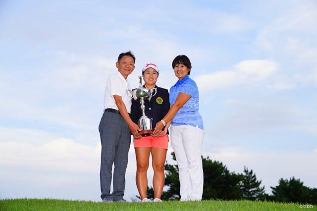 2017年 日本女子オープンゴルフ選手権競技 最終日 畑岡奈紗 両親と記念撮影。おめでとう!