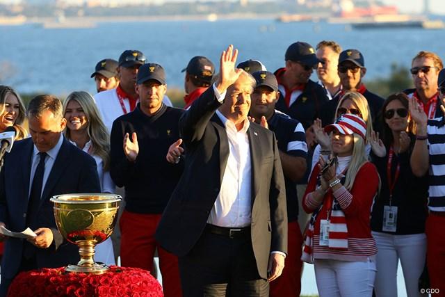 2017年 ザ・プレジデンツカップ 最終日 ドナルド・トランプ大統領 米国選抜 米国選抜の大勝を表彰式で祝福したドナルド・トランプ米大統領