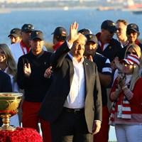米国選抜の大勝を表彰式で祝福したドナルド・トランプ米大統領 2017年 ザ・プレジデンツカップ 最終日 ドナルド・トランプ大統領 米国選抜