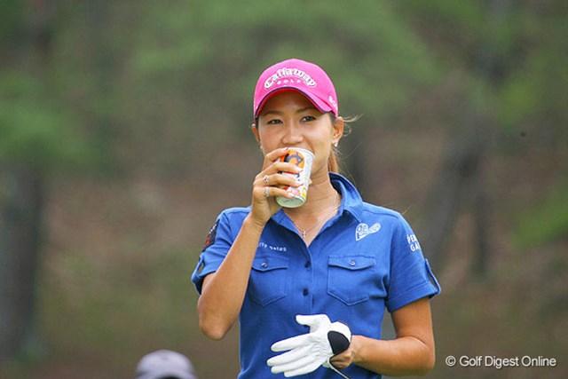 プロアマ中、味噌汁を飲む上田桃子。やはり日本人ですからね!