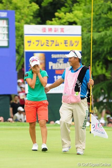 優勝を決めた上田は涙を堪えられない。米ツアーも一緒に戦うキャディの川口さんが上田を気遣う