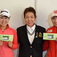 LPGA正会員となった畑岡奈紗は日本女子プロゴルフ協会の鈴木美重子専務理事(中央)とイ・ボミ(右)と記念撮影 2017年 スタンレーレディスゴルフトーナメント 事前 畑岡奈紗 イ・ボミ