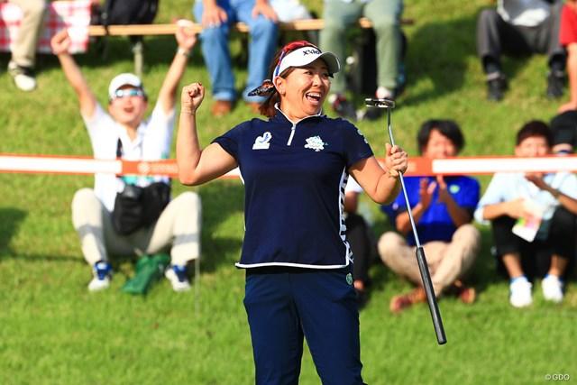 2017年 スタンレーレディスゴルフトーナメント 最終日 吉田弓美子 最終18番でバーディパットを決めてガッツポーズする吉田弓美子