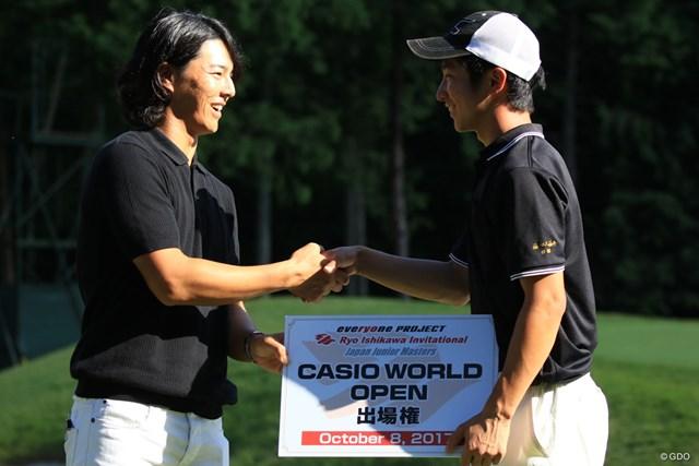 2017年 日本オープンゴルフ選手権競技 事前 石川遼 杉浦悠太 石川遼優勝した杉浦悠太とがっちり握手を交わした