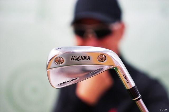 プロが求めるシャープな形状とやさしさを兼ね備えた「本間ゴルフ TW-U フォージド」をマーク金井が徹底検証する