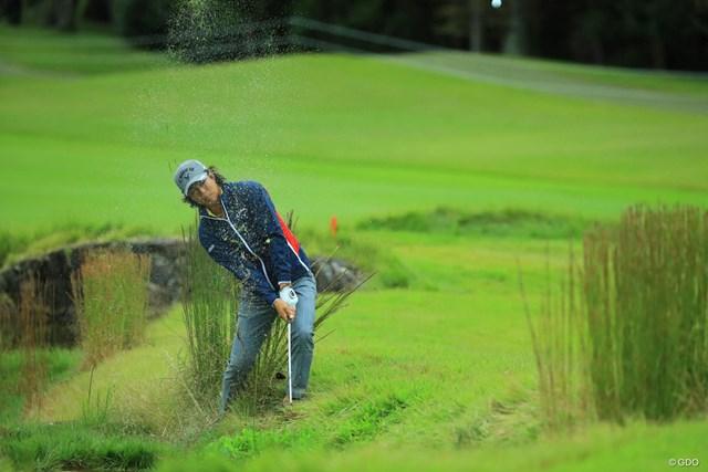 2017年 日本オープンゴルフ選手権競技 2日目 石川遼 スタートの10番ホールはグリーン手前のクリークからウォーターショット。いきなりのダブルボギーと苦しいスタートに。