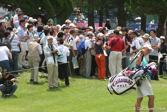2007年 サントリーレディスオープン 事前 上田桃子 プロアマ戦の途中、次のホールへ向かおうとする上田桃子をファンが取り囲む・・・