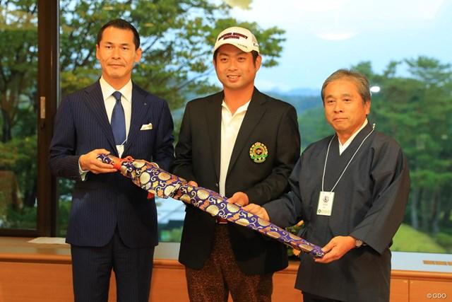 関市からは副賞として日本刀がプレゼントされました。