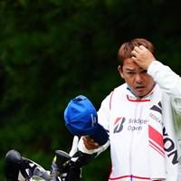 「ここにボールがボコってさ。あーいてーいてー。」 2017年 ブリヂストンオープンゴルフトーナメント 2日目 チャプチャイ・ニラトのキャディ