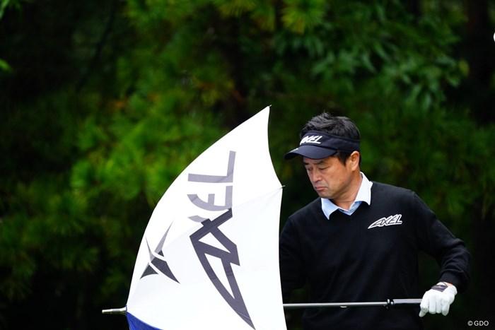 ようやく一人だけ傘をさしている事に気づく。 2017年 ブリヂストンオープンゴルフトーナメント 2日目 横田真一