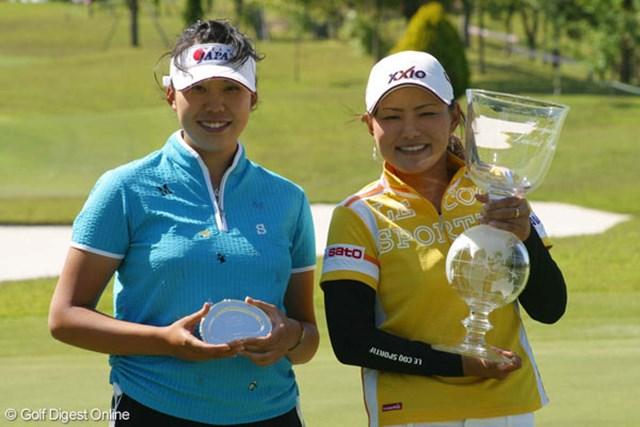 2007年 中京テレビ・ブリヂストンレディスオープン 最終日 新井麻衣 横峯さくら 新井麻衣(左)が通算3アンダーの10位タイに入り、ベストアマチュアを獲得した