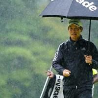この雨、普段なら中断級。 2017年 ブリヂストンオープンゴルフトーナメント 3日目 I.J.ジャン