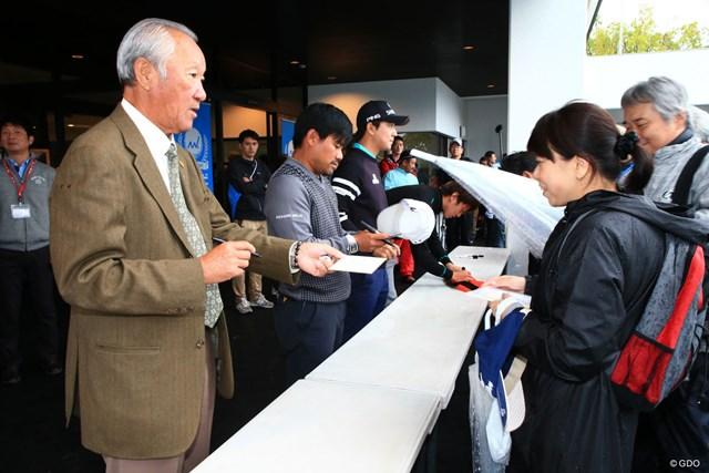 飛び入りで青木JGTO会長もサイン会に参加、ギャラリーも大喜び