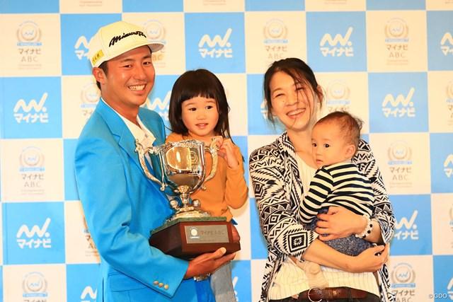 夫人と2人の子供とともに写真におさまった小鯛竜也