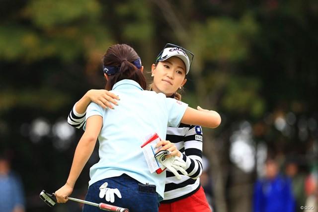 同組テレサ・ルー(背中)と伸ばしあった上田桃子。大会3勝目は諦めない