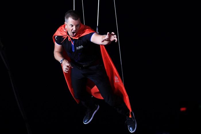 大会事前イベントの一幕。宙吊りになるH.ステンソン(Andrew Redington/Getty Images) 2018年 WGC HSBCチャンピオンズ ヘンリック・ステンソン