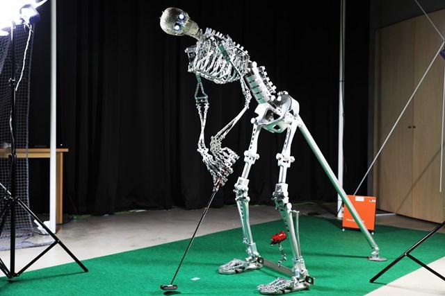 同じ力量・同じストロークを可能にする試打ロボット「バーディくん3号」を使用(全長2m)