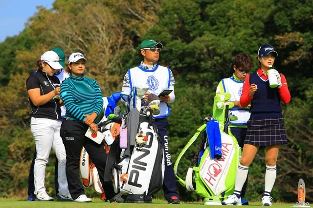 2017年 伊藤園レディスゴルフトーナメント 初日 鈴木愛 賞金女王を争う3人が同組となった初日。まずは鈴木愛(左から2人目)が貫禄を見せた