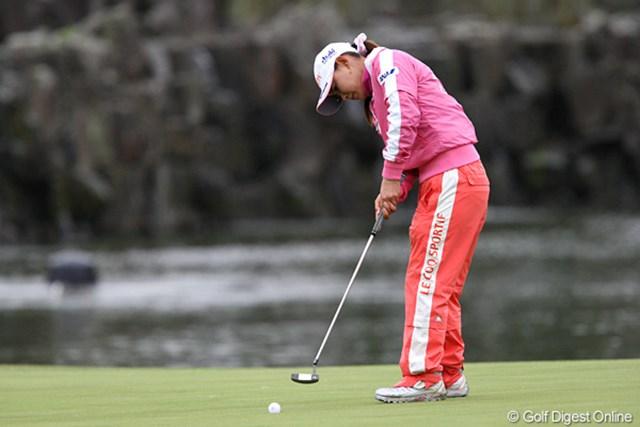 2009年 伊藤園レディスゴルフトーナメント 初日 横峯さくら 重めのコンディションとなった今週のグリーンだが、横峯のパットは面白いようにカップに沈んだ