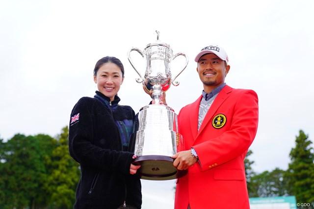 待ちに待った夫婦での優勝記念写真。小平智は夫人の古閑美保にカップを捧げた