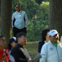 遠くで見つめる父。 2017年 伊藤園レディスゴルフトーナメント 最終日 川岸良兼