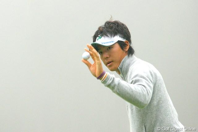 霧が立ち込める中、18番でバーディを奪い歓声に応える石川遼
