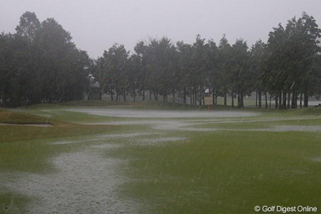 伊藤園レディス2日目/大雨のコース 中断直後の9番グリーン