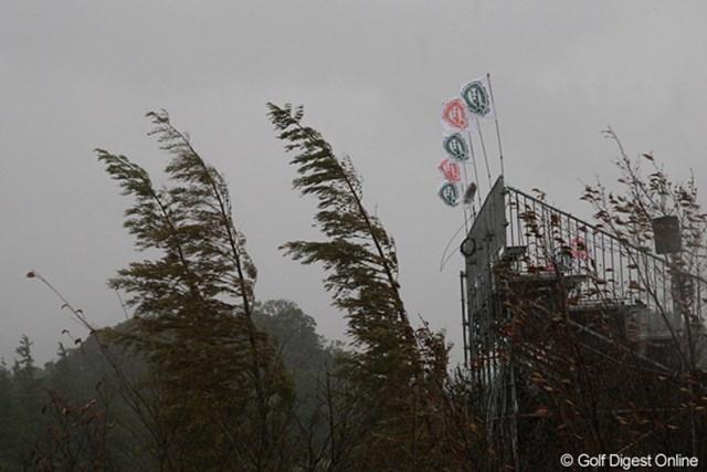 伊藤園レディス2日目/強風 写真で判断してください。風と雨