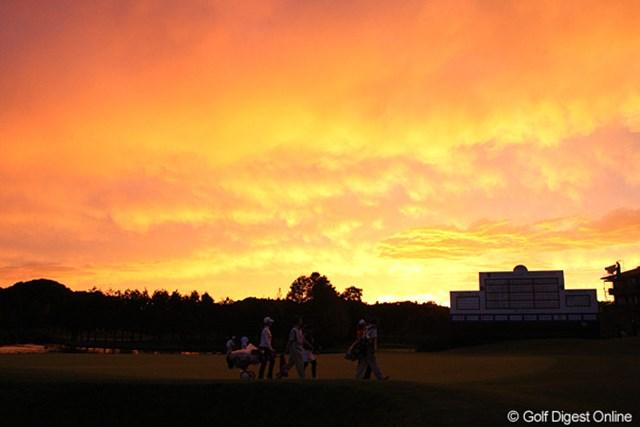 伊藤園レディス2日目/夕焼け 日没サスペンデッドになり引き上げる選手を夕焼けが迎える