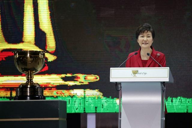 2015年に韓国で開催された「プレジデンツカップ」 の開幕セレモニーに登場した朴槿恵前大統領(Chung Sung-JunGetty Images)