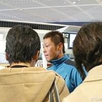 成田空港で記者に囲まれる谷原秀人。期待の大きさが感じられる。 2007年 WGC CA選手権 谷原秀人