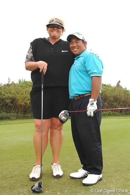 ゴルフ界を席巻中のタッド・フジカワ(右)にローラ・デービースもお気に入りの様子!?
