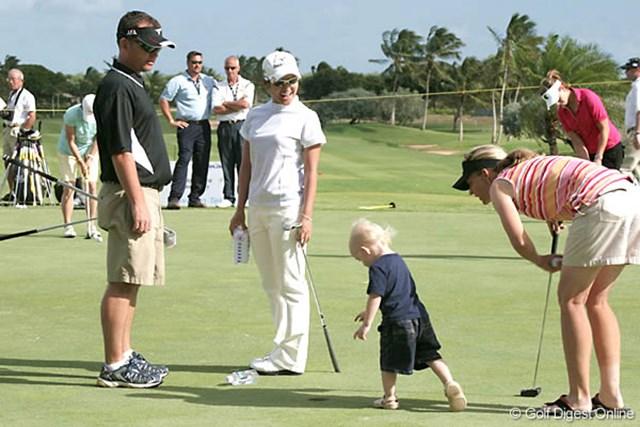 2007年 フィールズ・オープンin Hawaii 宮里藍 緊張感漂う練習グリーンも、子供の乱入で和やかな雰囲気に