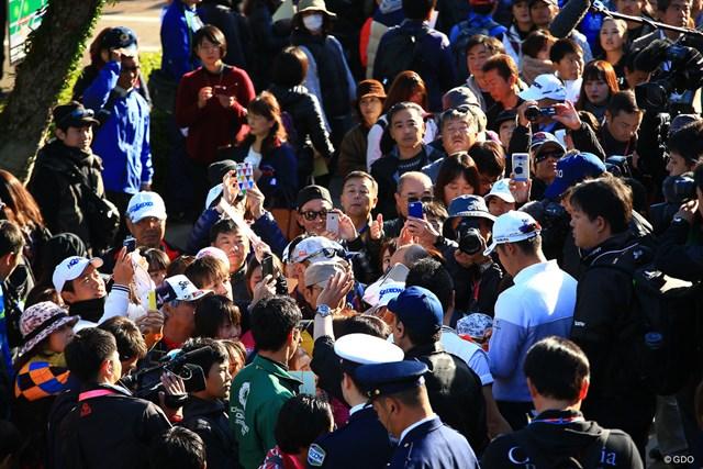 ホールアウト後、大勢のファンたちに囲まれる松山英樹
