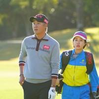 あれ?今日彼女がキャディ? 2017年 カシオワールドオープンゴルフトーナメント 初日 ホ・インヘ