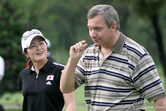 2007年 ワールドカップ女子ゴルフ プロアマ戦 諸見里しのぶ リラックスした表情で会話をする諸見里しのぶ