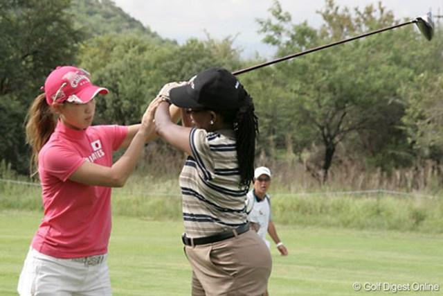 2007年 ワールドカップ女子ゴルフ プロアマ戦 上田桃子 同伴のアマチュアに指導する上田桃子