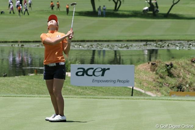 2007年 ワールドカップ女子ゴルフ 上田桃子 9番のパーパットを外し、思わず天を仰ぐ上田桃子