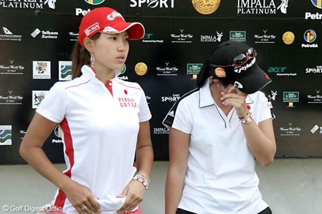2007年 ワールドカップ女子ゴルフ 2日目 上田桃子 諸見里しのぶ ホールアウト後、諸見里(右)はカメラの前でも涙をこらえることが出来なかった