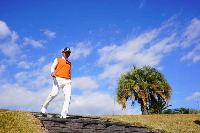 「お、マキチャーン!」と言いながら降りてきた近ちゃん。こけないでね。 2017年 カシオワールドオープンゴルフトーナメント 2日目 近藤共弘