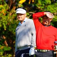 岩本プロの脇を凝視するリー。大丈夫。匂いはしないらしい。 2017年 カシオワールドオープンゴルフトーナメント 2日目 ハン・リー