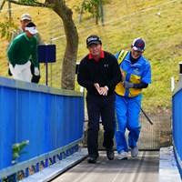 ものすごいパース感の中をヘラヘラしながら上がってくる松村プロ。 2017年 カシオワールドオープンゴルフトーナメント 3日目 松村道央