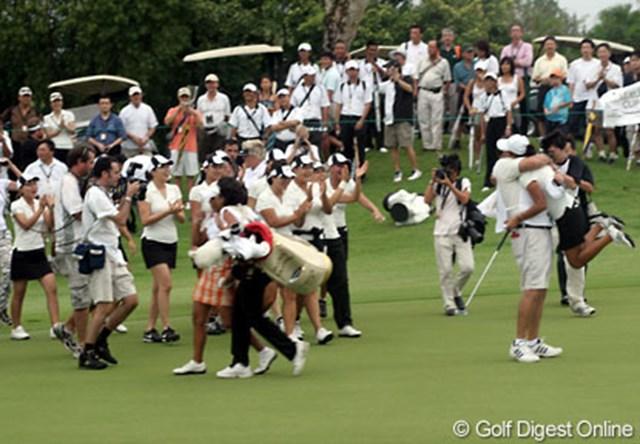 2006年 レクサスカップ 最終日 チームアジア 優勝決定の瞬間。キャディと抱き合って喜ぶS-H.リーとチームアジアの面々。グラナダはキャディの母と共にグリーンを去る