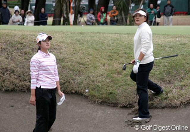 2006年 LPGAツアーチャンピオンシップ 2日目 諸見里しのぶ 茂木宏美 突き刺さった球の処理を確認するため、競技委員を待つ諸見里しのぶ(と同組の茂木宏美)