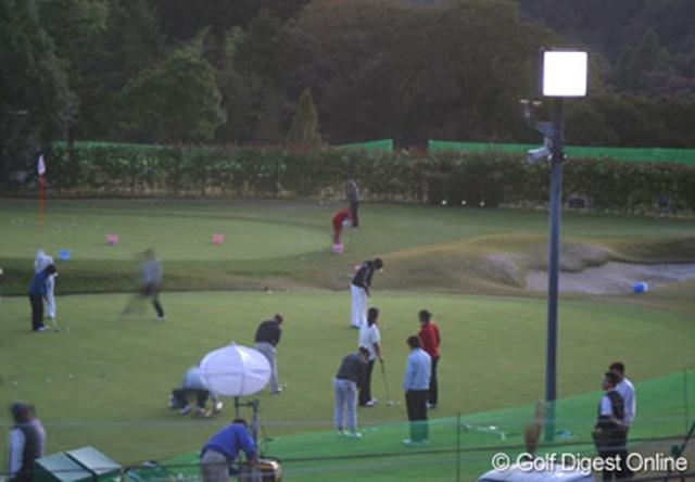 2006年 伊藤園レディスゴルフトーナメント プロアマ戦 夕闇迫るなか、選手たちは練習グリーンから引き上げようともせず練習を続ける
