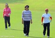 フェアウェイを歩く最終組の3人。福嶋の表