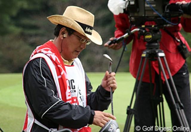 2006年 樋口久子IDC大塚家具レディス 初日 横峯良郎氏 後半はガムテープで止める念の入れようの良郎氏。まるでテレビ関係者?