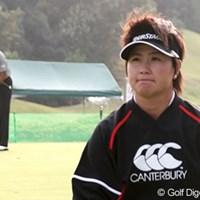 パッティング練習を切り上げ、会見場に向かう新坂上ゆう子 2006年 富士通レディース 初日 新坂上ゆう子