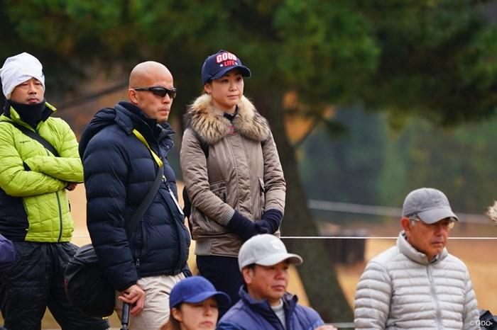夫を見守る妻の図。 2017年 ゴルフ日本シリーズJTカップ 2日目 古閑美保
